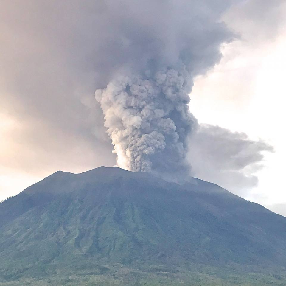 Mount_Agung,_November_2017_eruption_-_27_Nov_2017_02