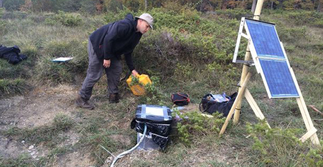 Servicing a seismic station